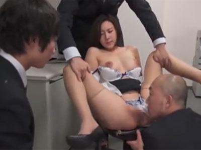 会社のオフィスで男性社員達に囲まれて容赦なく中出しされてしまう巨乳OL