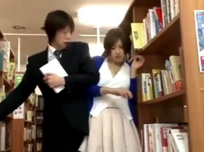「こんなとこで…」図書館で周りにバレないように声殺しSEX