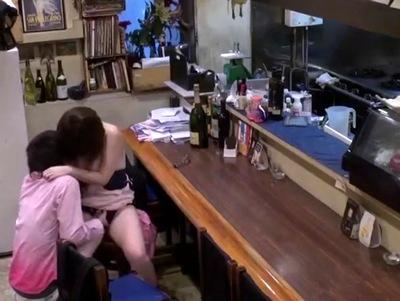 「だ、誰か来たら…」閉店後の居酒屋店内で爆乳看板バイトを押し倒して生ハメ