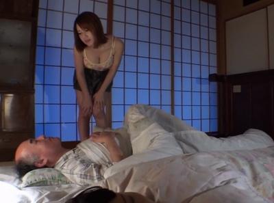 痴女の方から夜這い!隣で奥さんが寝ているのに爺チンポを連れ出してNTR絶叫