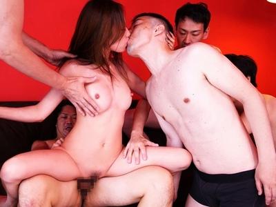 男女は食うか食われるか…10発の射精をク散らかす男食い乱交!