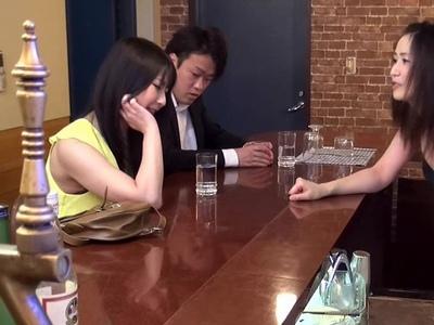 え…テーブルの下からチンポ握りしめ!昼下がりから人妻カフェで不倫パコ