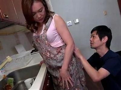 息子は常に母の身体を狙っている!料理中も後ろからブチ込んでくる鬼畜息子と近親相姦
