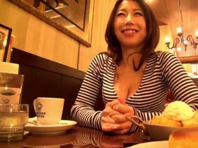 痴女人妻代表の篠田あゆみが次々と無数の男根からザーメン搾取して大量ゴックン&ぶっかけ