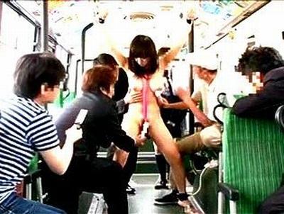 まさに公開処刑!実際に走行中のバスで携帯で撮られながら恥辱プレイ
