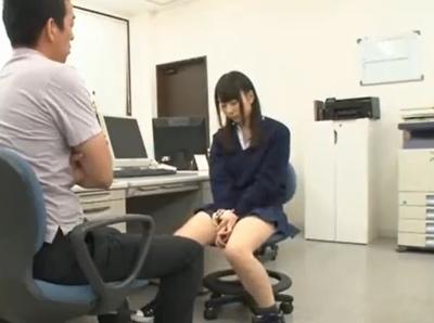 「先生…すっごぃヤラしい目になってる♡」怒られているにも関わらず教師を誘惑してフェラで落とす小悪魔JK