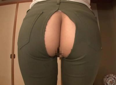 アソコが丸見えズボンが破けて御開帳してることに気づかない美女に後ろから挿入中出し!