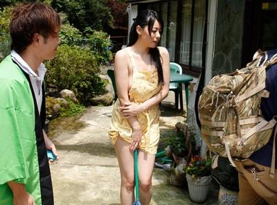客達への露出洗体サービス!若女将が自分と旅館の信用回復のために裸エプロンでお出迎えw