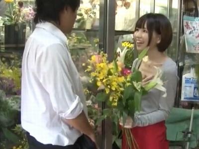 「絶対見てましたよね?♡」花屋で働く美少女がノーブラ乳首ポッチ!しかも自分から誘ってくる露出狂w
