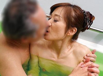 熟女にしか出せないねっとりとした色気!スローSEXで膣奥まで感じる大量中出し