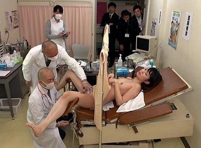 「見られてる…」同僚が見ている前で男女混合の全裸検査をさせられたOLさん