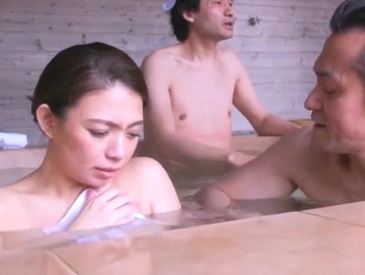 寝取られ願望強すぎな夫がわざと混浴温泉へ妻を誘い…無数のチンポたちに寝取らせる!