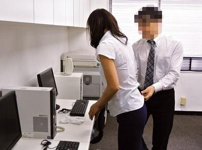 「ずっと専業主婦だったんですけど…」地方で働き出した中途採用の熟女にイタズラして…