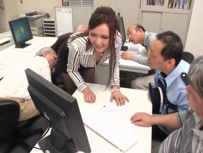 おじいちゃんたちにパソコンを教えるギャル先生はみんなのアイドル!クソ爺たちと大乱交w