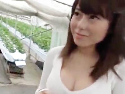 イチゴ狩りに来ていた美女をナンパ→ハメ撮り性交!