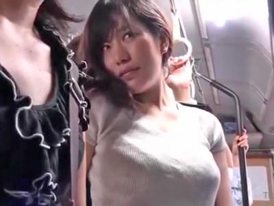 バス内で痴漢され声を押し殺しながら悶える巨乳美女