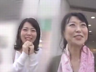お出かけ中の素人母娘ナンパ→両方まとめて中出しハメ!