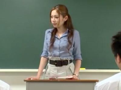 「ちゃんと奥まで挿れてッ」痴女教師がお気に入りの生徒をエッチなご指導!