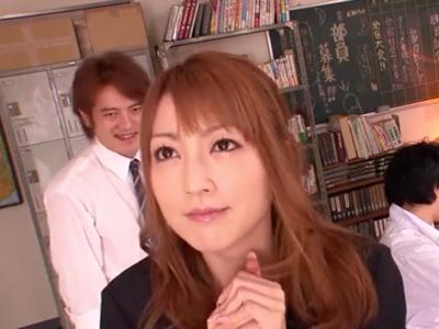 「気持ちいいッ」を連呼しながら生徒のチンポにイキ乱れる美女教師
