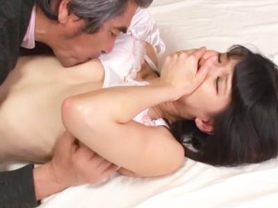 「ダメダメ‥起きちゃうって‥」熟睡中の旦那の隣で義父と中出し近親相姦する変態人妻