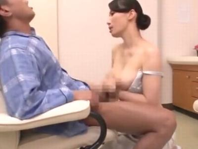 人妻看護師が自らの膣を使って患者の精子を搾り取り!