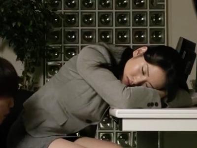 オフィスで仮眠中の美人OLをレイプ→その場の勢いで生中出し!