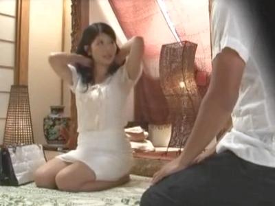変態マッサ師に生チンポをねじ込まれるも抵抗する事なく受け入れる素人妻を盗撮