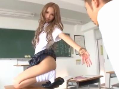 「もっと近くで見ていいよw」デカマラ同級生を誘惑して教室でパコるギャルJK