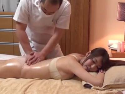 オイルマッサ師に性感帯を刺激され感じまくる巨乳妻に中出し!