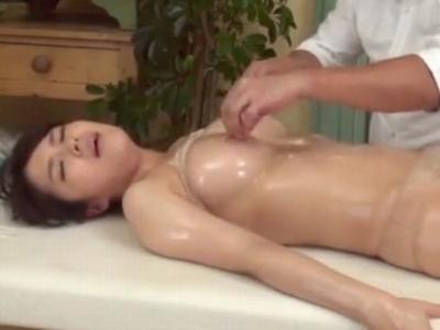 巨乳美女がオイルマッサ師に性感帯を刺激され敏感に反応してしまうw
