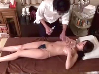 「ちょっとダメですッ」オイルマッサ師に無理やりおチンポをねじ込まれる巨乳妻
