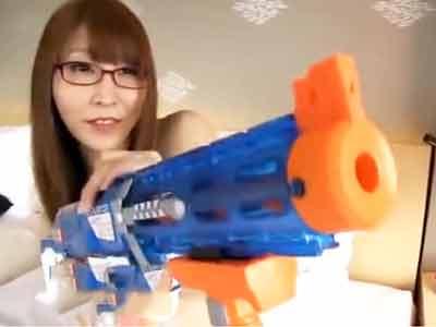 チンポを狙い打つガンマン眼鏡娘→中出しパコ突きで反撃!