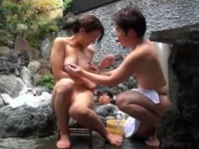 美痴女妻が混浴露天に入浴→居合わせた男とその場のノリで中出しパコw