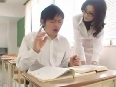 ドスケベ女教師が生徒を誘惑→教室でパコハメ性交!