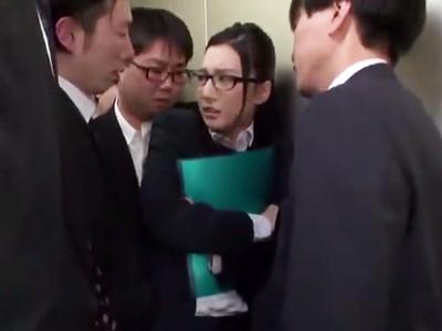 「なんなのアンタ達!」満員エレベーターの中で痴漢レイプされる美人メガネOL