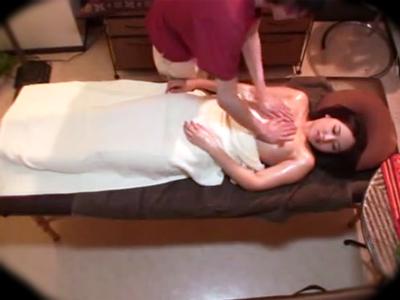 旦那が別室に行った隙にエロマッサージをされ我慢できなくなってしまうドスケベ人妻