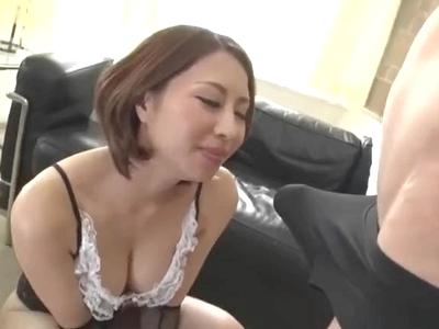 ドスケベ痴女がM男のチンポをバキュームフェラで精液搾り取り!