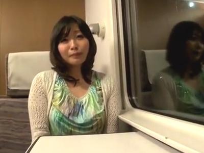 欲求不満なドスケベ妻が寝台列車で大好きなおチンポをフェラチオ抜き!