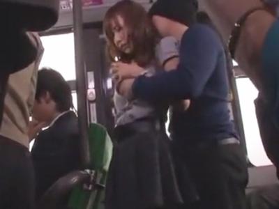 普段からお堅い仕事をしているお姉さんが電車内での痴漢に抵抗できず顔射