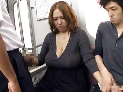 電車の中で痴漢男のチンポをパイズリフェラで撃退する爆乳お姉さん