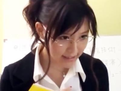 エロイ身体なのに厳しい女教師にムラついた生徒が襲い掛かって顔射レイプ