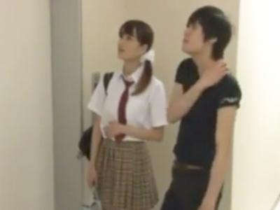 制服JKの妹がエレベーターに挟まって動けないのをいい事に中出しする鬼畜兄