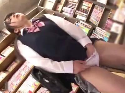 「ダメ‥バレちゃぅ‥」エロ本コーナーで発情したJKが我慢できずその場でオナニー→店員に見つかった結果w
