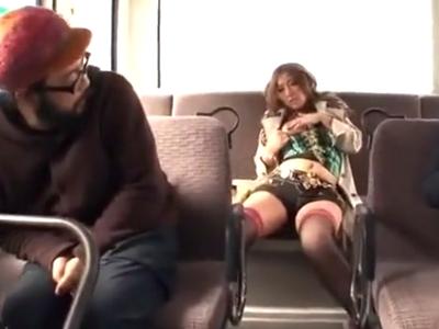 「挿れて…」欲求不満な淫乱ギャルがバス内で男を誘惑w