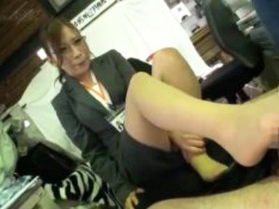 「足ですればイイんですか?」三年目のSOD美人社員が突然の足コキ要求に応えてザーメン搾り