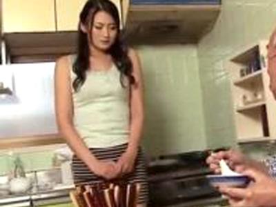 ジジイ好きの美人妻が義父のチンポを濃厚フェラでザーメン搾り取り!