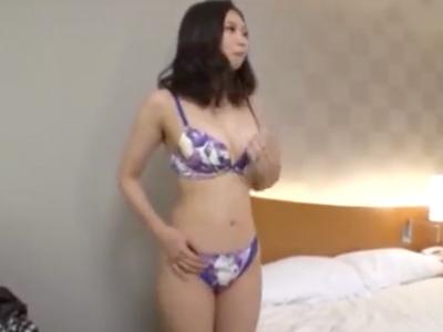 不倫サイトで知り合ったパイパン素人妻の膣奥にザーメン大量中出し!