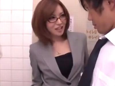 学校のトイレに教え子を連れ込みおチンポをしゃぶりだす淫乱女教師w