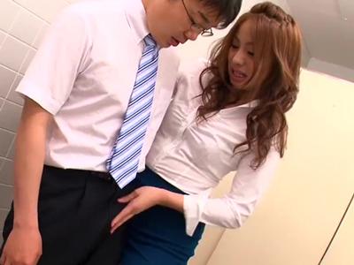 「硬くなってますけど」上司チンポを社内トイレでしゃぶり尽くすギャルOL
