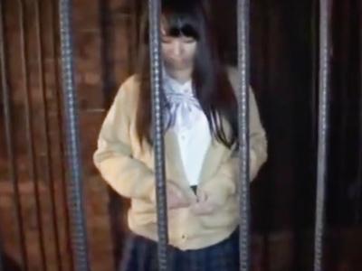 童顔のロリ娘が変態男とSMプレイルームでソフトSMプレイ→最後は拘束フェラでザーメン顔射